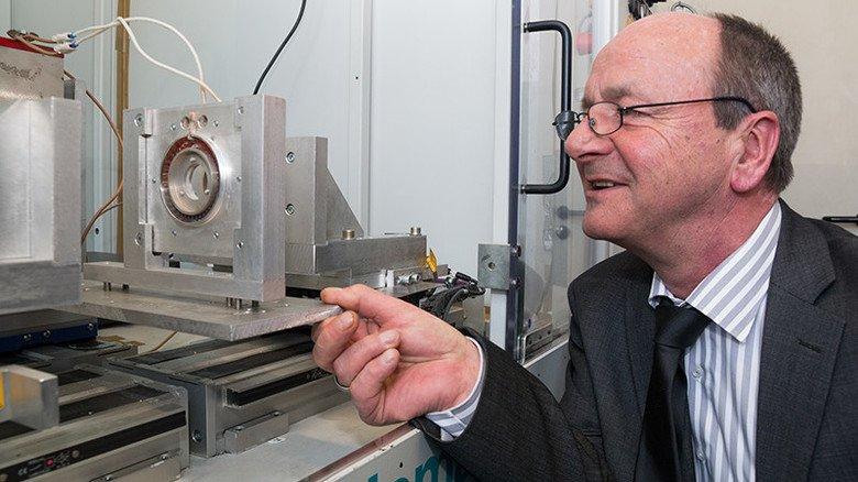 Die Professur Kunststoffe unter Leitung von Prof. Dr. Michael Gehde stellt auf der Hannover Messe unter anderem einen Infrarotstrahler vor, mit dem Kunststoffe geschweißt werden können.
