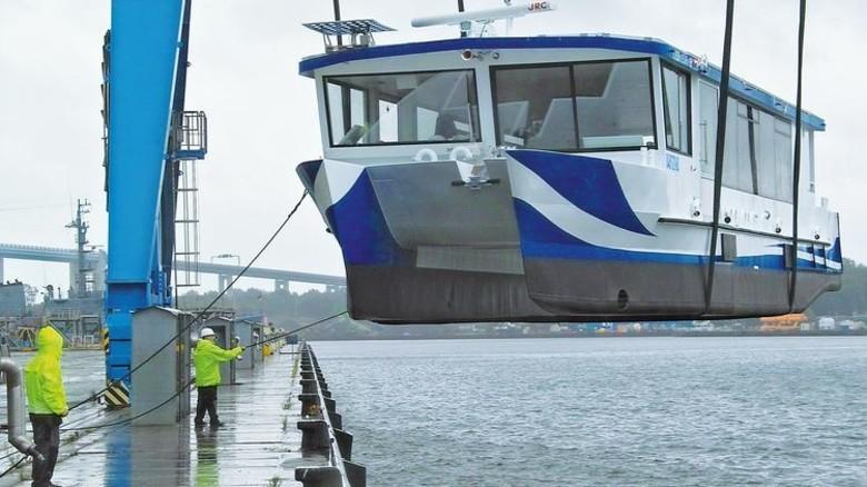 Spannender Augenblick: Ein Elektroschiff wird zu Wasser gelassen. Foto: Ostseestaal