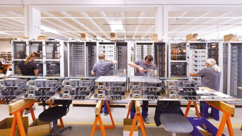 Teamwork: Am Bau der Schaltschränke von Hanseatic Power Solutions sind zahlreiche Fachkräfte beteiligt. Foto: Christian Augustin