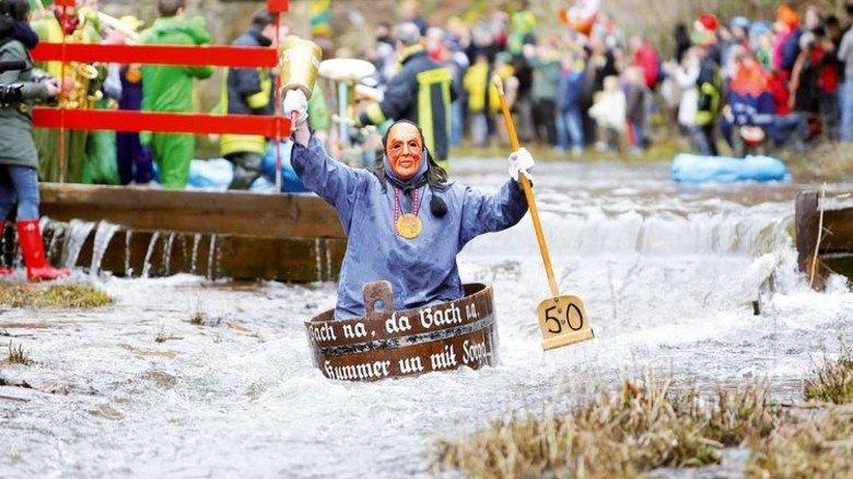 """Riesenspaß: Eine feuchtfröhliche """"Bootsfahrt"""" auf der Schiltach. Foto: Narrenzunft Schramberg"""