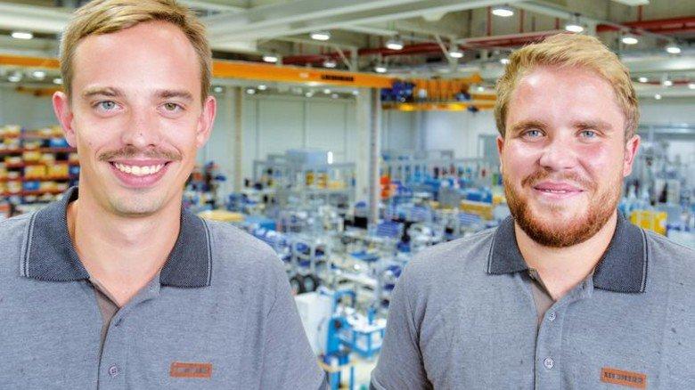 Haben gut lachen: Vincent Lutz (links) und Niklas Werner fühlen sich in ihrem betrieb wohl. Foto: Puchner