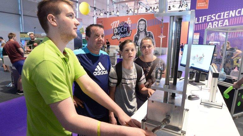 Belastungstest: Was ein Baby-Schnuller aus Kautschuk aushält, konnten die Besucher der IdeenExpo am Stand des Herstellers Mapa erfahren.