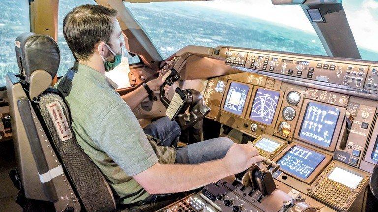 Echtes Cockpit, virtuelle Umgebung: In so einem Flugsimulator trainieren auch hauptberufliche Piloten.