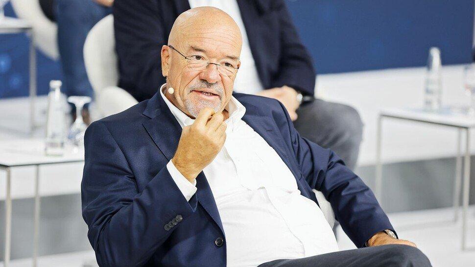 """""""Wir müssen die Gebäude von heute an die Klima-Anforderungen von morgen und übermorgen anpassen"""", sagt Wolfram Hatz, Vorsitzender des Zukunftsrats und Präsident der Vereinigung der Bayerischen Wirtschaft."""