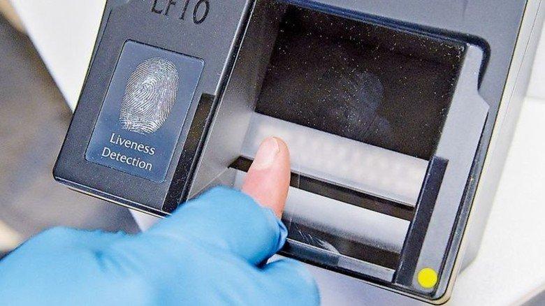 Fingerabdruck gefordert: Die Registrierung geht nun viel fixer. Foto: dpa