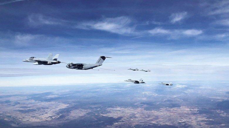Nachschub in der Luft: Die A400M beim Betanken von US-Kampfjets des Typs F-18.