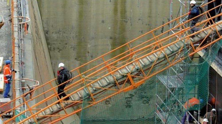 Besonderer Weg: Über eine Gangway erreichen die Werftmitarbeiter ihren Arbeitsplatz. Foto: Bahlo