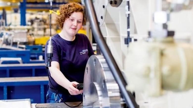 In der Fertigung: Annika Twick an der Maschine. Foto: Küstner