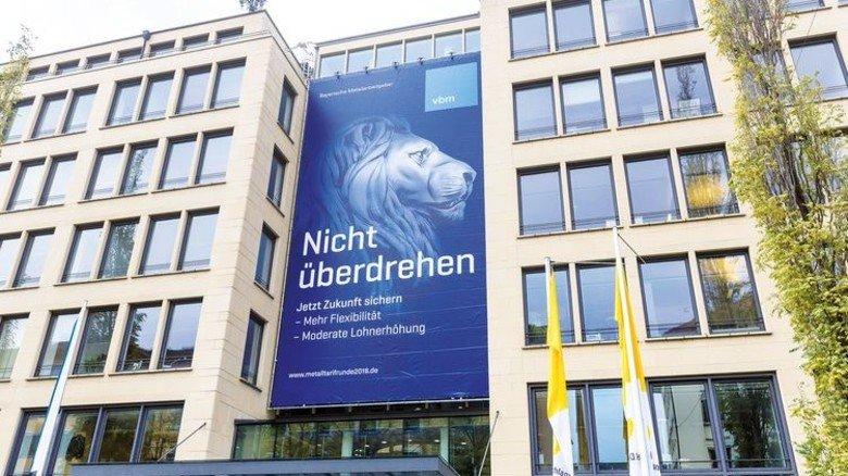 Warnung vor Realitätsferne: Megaposter am Haus der Bayerischen Wirtschaft in München. Foto: Schulz