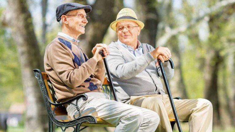 Rentner auf der Parkbank: Wer es im Alter gemütlich haben will, sollte zusätzlich vorsorgen. Auch, weil die Besteuerung der Renten Jahr um Jahr steigt.