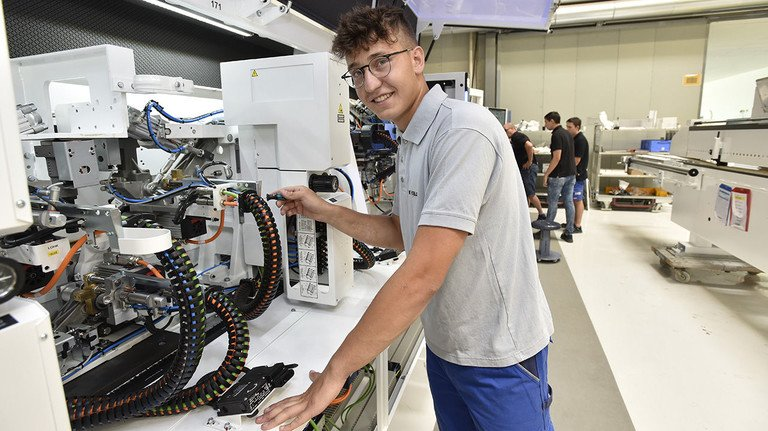 Zufrieden: Patrik Krasniqi macht beim Unternehmen Homag in Schopfloch eine Ausbildung zum Mechatroniker, inklusive Auslandseinsatz in Barcelona.