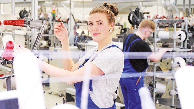 Im Websaal: Seit Anfang Januar arbeitet Mareen Bengfort als Maschinen- und Anlageführerin und betreut 30 Webmaschinen.