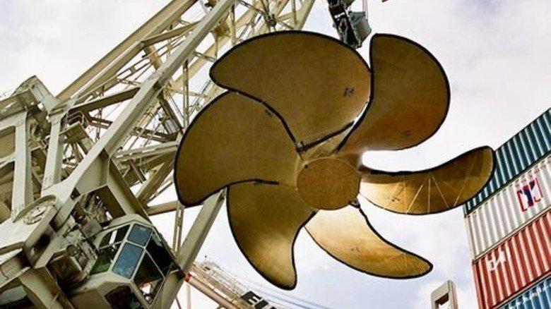 103 Tonnen am Hafenkran: Verladung einer Schiffsschraube aus Waren. Foto: dpa