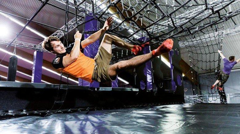 Keine Angst vor dem Sturz: In vielen Trampolinhallen kann man auch klettern. Und wer fällt, der fällt weich. Foto: JUMP House-Tom Menz