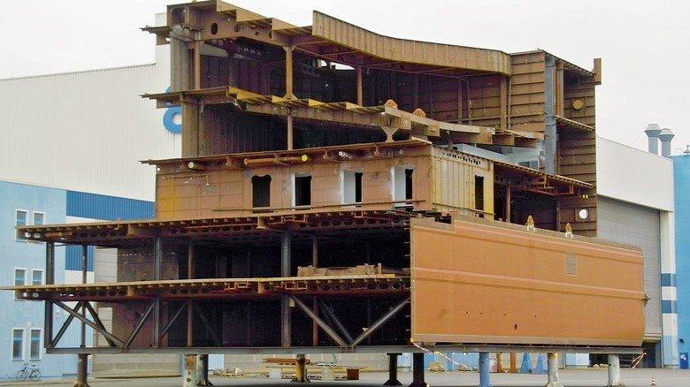 MV Werften: Die Firmengruppe hat die Fertigung der aktuellen Schiffbauprojekte zunächst für einige Wochen ausgesetzt.