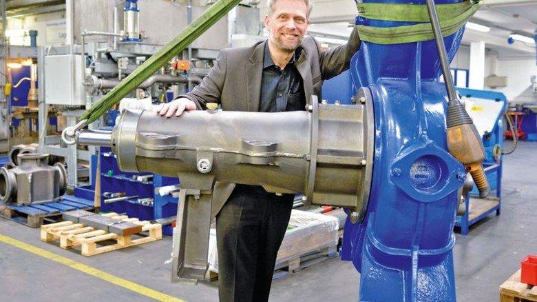 Spezialität für die Kläranlage: Wolfram Kuhn mit einer Rohabwasserpumpe. Foto: Scheffler