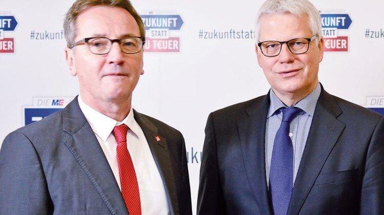Verhandlungsführer: Jörg Köhlinger von der IG Metall (links) und Arbeitgebersprecher Thomas Brunn. Foto: Scheffler