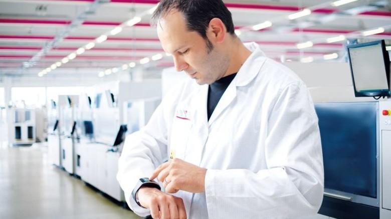 Jederzeit im Blick: Mit der Smartwatch kann die Anlage kontrolliert werden. Foto: Werk