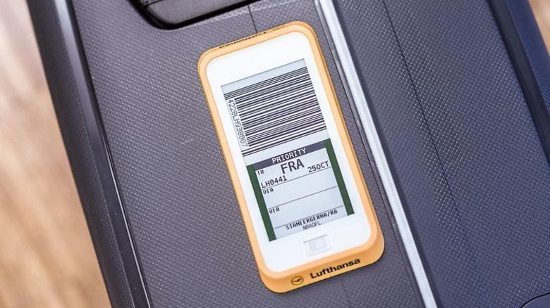 Digital statt Papier: Ein elektronischer Gepäckanhänger. Foto: Lufthansa
