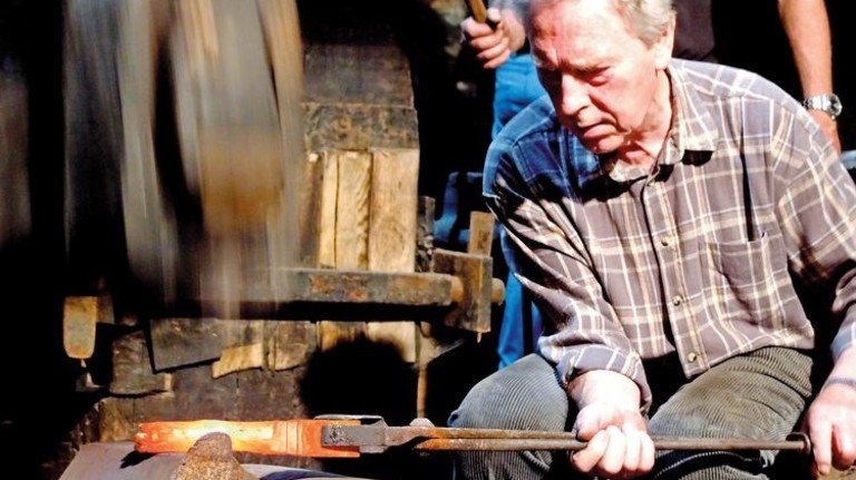 In Action: Der Schmied Alfred Hinsching am Ahe-Hammer.  Foto: Sensen