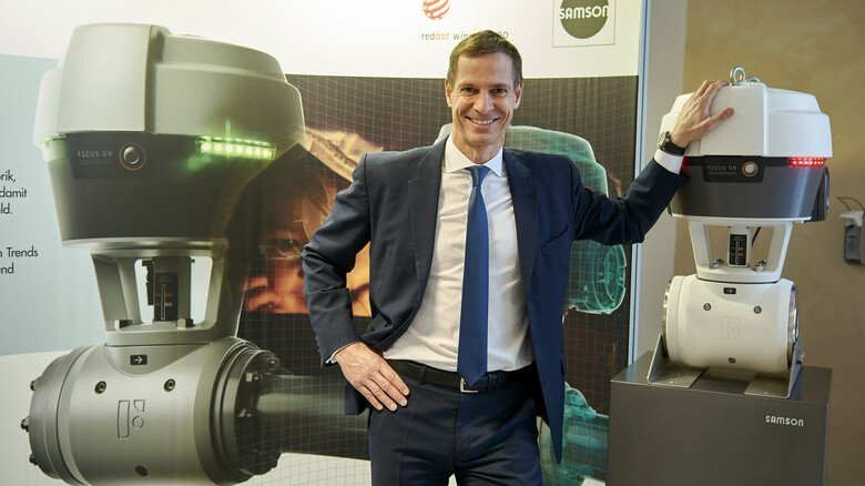 """""""Wir nutzen neue Technologien, um alte und neue Probleme zu lösen!"""" Samson-Vorstandschef Andreas Widl mit Focus-1, dem ersten intelligenten Prozessknoten."""