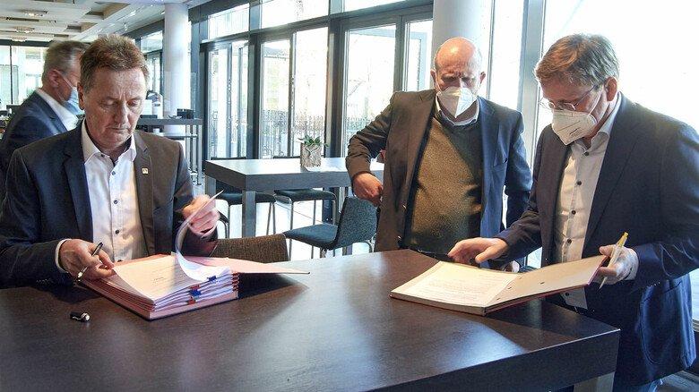 Vertrag für Hessens M+E-Beschäftigte: Jörg Köhlinger, Dirk Pollert und Oliver Barta (von links) bei der Unterzeichnung.