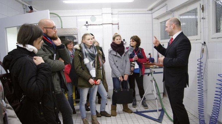Im Prüflabor: Fertigungsleiter Mathias Witthöft mit Besuchern bei Wiska. Foto: Werk
