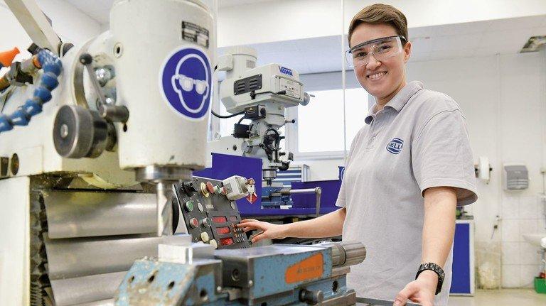Technikbegeistert: Laura Woggan macht beim Autozulieferer Hella Fahrzeugkomponenten eine Mechatroniker-Ausbildung.
