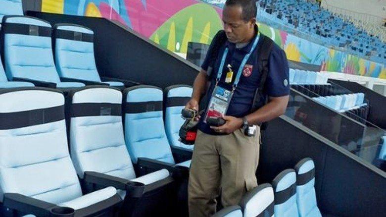 Mit dem Detektor werden die Reihen im Stadion auf Gefahrstoffe gecheckt. Foto: Werk