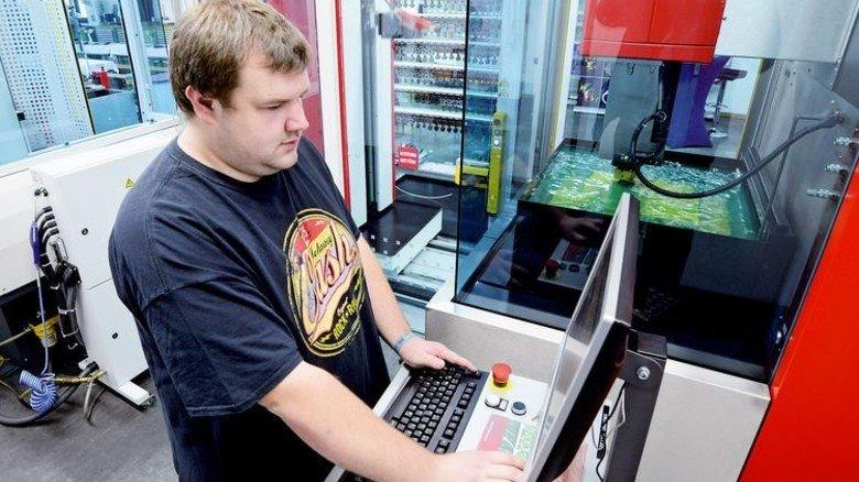 Fräsen und Messen: Werkzeugmacher André Förtsch an der Maschine, die die Elektroden bearbeitet. Foto: Sturm