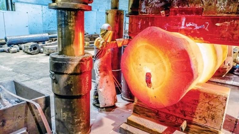 An der Schmiedepresse: Dieser glühende Klotz ist rund 1000 Grad heiß. Foto: Roth