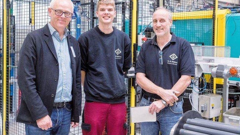 Vor der neuen Spritzgussmaschine: Firmenchef Andreas Röders, Thilo Schmidt und Jörg Geske (von links). Foto: Herzig