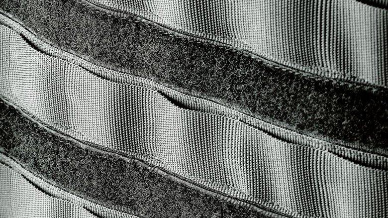 Detailansicht: Zwischen den Schlaufen verlaufen Klettbänder. Foto: Güthenke
