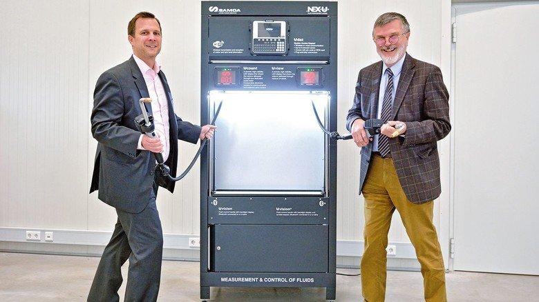 Innovativ: Sven und Albrecht Hallbauer (rechts) am neuen Fluidmanagementsystem NEX-U für Motoröle.