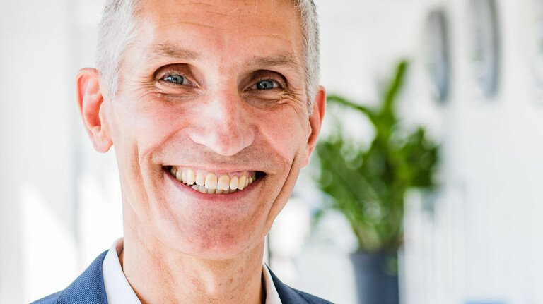 Aus der Ferne vor Ort: Harald Schaub, Sprecher der Geschäftsführung, kommuniziert gerne via Kamera und Internet.