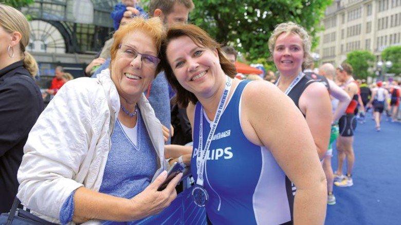 Stolze Mutter, stolze Tochter: Katrin Lepper spielte früher Handball, aber Triathlon war für sie Neuland. Nach sechs Monaten Training schaffte sie die Sprint-Distanz in zwei Stunden und 13 Minuten. Foto: Augustin