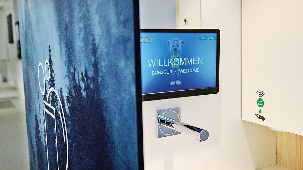 Die Nutzer werden per Display begrüßt.