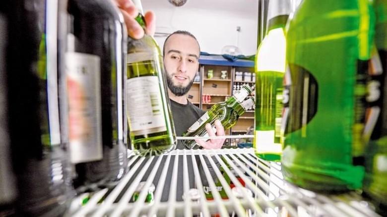 Ab in die Kühlung: Bier geht im Kiosk immer noch am besten. Foto: Roth