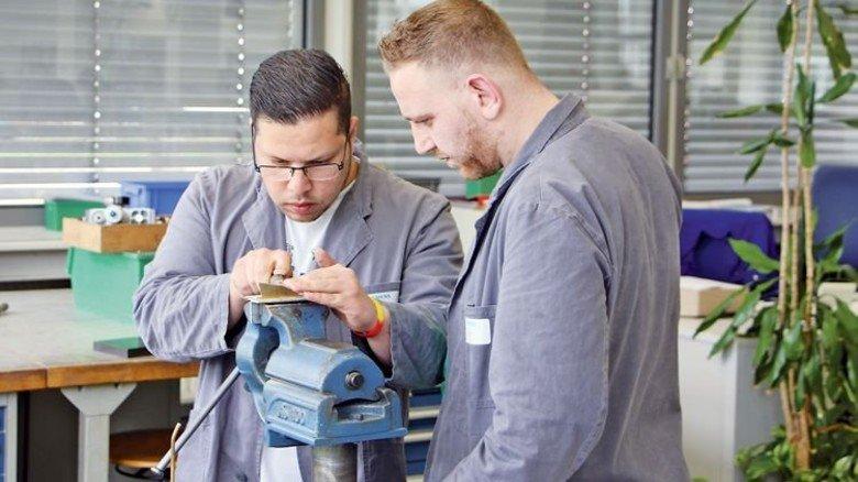 Ausbildungsvorbereitung: Mohamad Karazoon und Alaa Abdalhak (links) in der Siemens-Förderklasse. Foto: Siemens