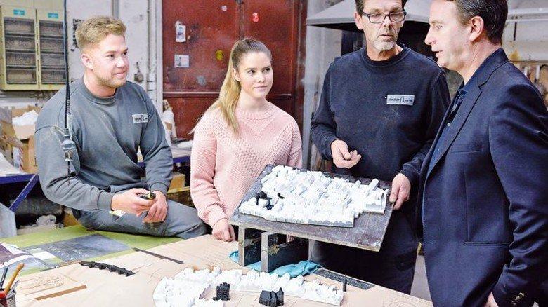 Arbeiten an einem Stadtmodell im Kunstguss-Bereich: Christian und Ann-Christin Rincker, Mitarbeiter Steffen Ranft sowie Fritz Georg Rincker (von links). Foto: Scheffler