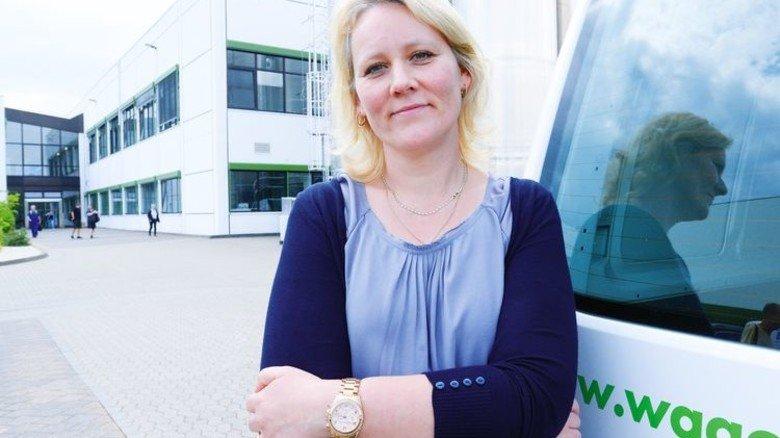 Personalleiterin Ilka Helbing am Eingang: Am Standort Sondershausen arbeiten fast 1.300 Menschen. Foto: Sturm
