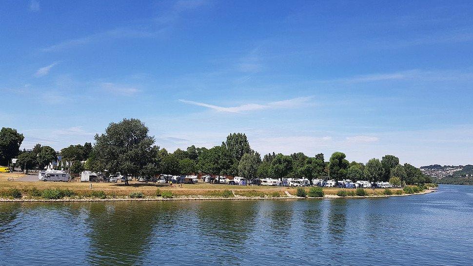 Wo sich Rhein und Mosel vereinen: Der moderne Campingpark liegt direkt am Wasser.