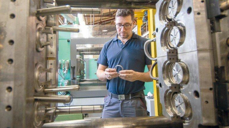 Spritzguss: Schichtleiter Waleri Dwining an einer der Maschinen, die mehr als 30.000 Teile täglich produzieren.