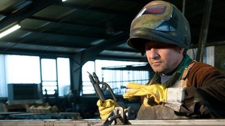 Werkstattleiter Abdulah Günes: Gleich wird er mit seinen Schweißarbeiten loslegen. Foto: Moll