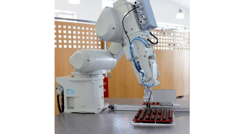 Präzise: Der Roboter setzt Solarsensoren … Foto: Bahlo