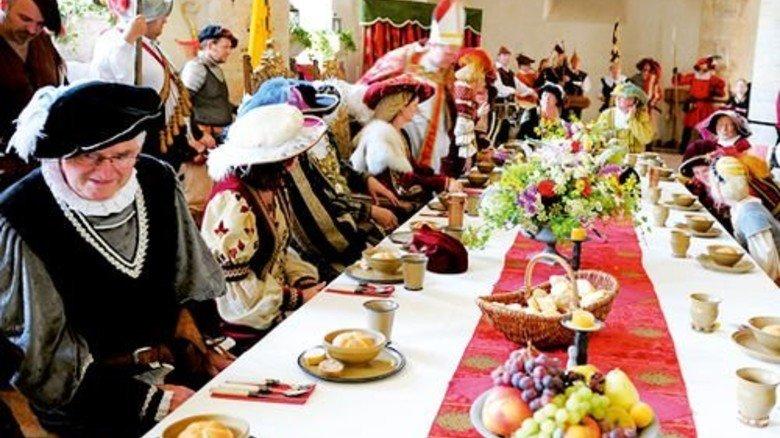 Weltgrößte Wehranlage Burghausen: Speisen an der langen Tafel. Foto: Herzogstadt Burghausen