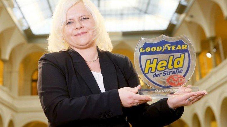Mit Pokal: Fahrerin Marzena Szojda verhinderte ein Busunglück auf der Autobahn. Foto: Werk