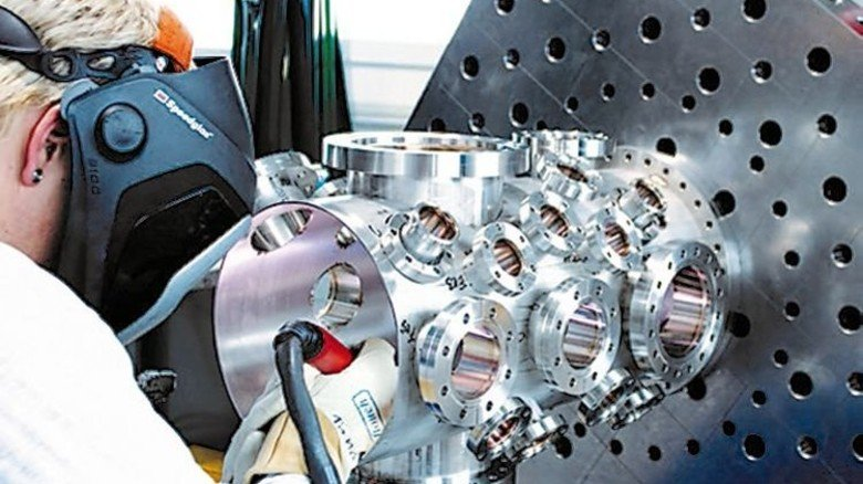 Made in Thüringen: Schweißarbeiten an einer Ultrahochvakuum-Kammer. Foto: Werk