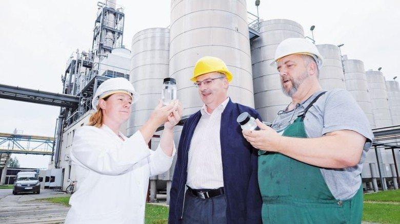 Unterwegs im Werk: Nadine Mahnel und Udo Müller bringen Proben ins Labor. Foto: Sturm