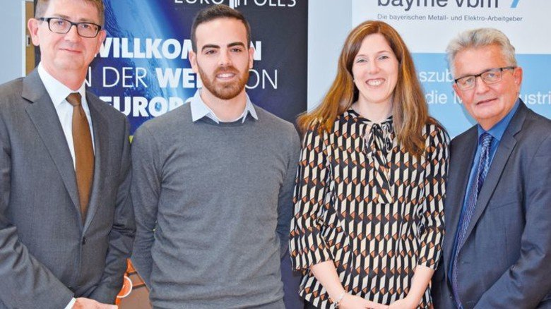 "Partner bei ""career(me)"" (von links): Martin Prillmann (Europoles), Jesús Pichardo García, Bettina Karg (Ausbilderin), Bertram Brossardt (bayme vbm). Foto: Verband"
